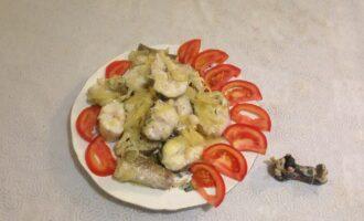 Шаг 6: Готовую рыбу выложите на блюдо и подавайте к столу с любимым гарниром.