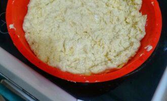 Шаг 5: Возьмите силиконовую форму и выложите тесто с бортами, примерно 1,5 см.