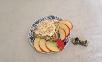 Шаг 9: По желанию присыпьте сверху корицей. Дайте пирожному время для пропитки и наслаждайтесь вкуснейшим десертом.