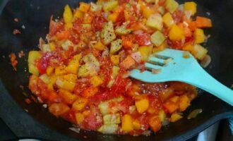 Шаг 7: Добавьте соль и перец молотый. Перемешайте. Уберите с огня и дайте остыть.