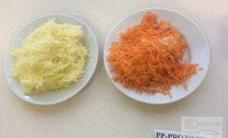 Шаг 2: Натрите на мелкой терке картофель, морковь, лук и чеснок.