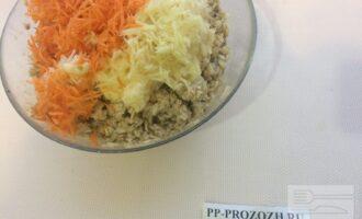 Шаг 4: Смешайте в миске овсянку с овощами, посолите по вкусу, добавьте приправы. Сформируйте котлеты, обваляйте в панировочных сухарях. Обжаривайте на слегка смазанной маслом сковороде.