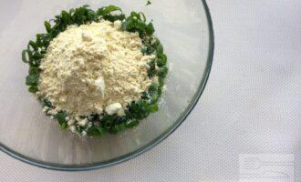 Шаг 3: Добавьте нутовую муку, посолите по вкусу и добавьте специи.