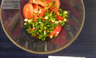 Шаг 4: Далее добавьте зеленый лук и перец чили.