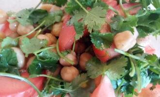 Шаг 5: Заправьте салат оливковым маслом и все перемешайте.