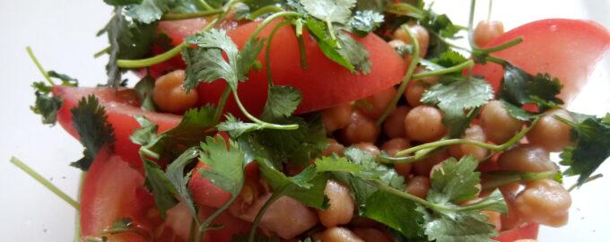 Салат из нута с помидором и кинзой