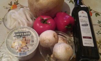 Шаг 1: Возьмите кальмаров, шампиньоны, перец болгарский, помидоры, сметану, оливковое масло и соль.