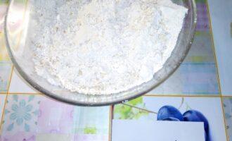 Шаг 2: Рисовую муку, овсяные хлопья, овсяную муку, сухое молоко, соль смешайте в одной посуде.