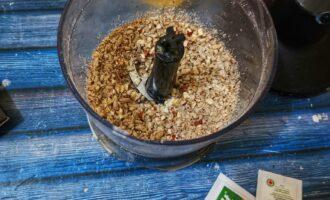 Шаг 3: Переложите в глубокую емкость, в чашу миксера положите орехи и семечки. Так же превратите в крошку.