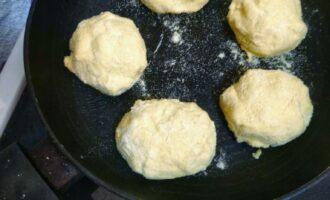 Шаг 5: Разогрейте а/п сковороду, обжаривайте на сухой со всех сторон до золотистого цвета.