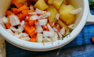 Шаг 3: К ним добавьте мелко нарезанный лук и картофель.
