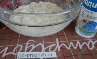 Шаг 3: В отдельной посуде смешайте творог с 1 столовой ложкой ряженки, добавьте сахарозаменитель по вкусу. Хорошо вымешайте.