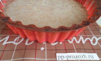 Шаг 6: В форму вылейте половину теста. Добавьте творожную начинку. Залейте оставшейся половиной теста. Поставьте выпекаться торт в духовку при температуре 180С на 1 час.
