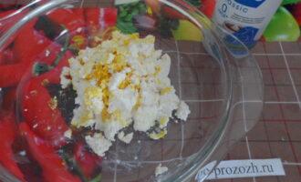 Шаг 5: Для начинки в творог добавьте немного кипяченой воды и лимонной цедры. Хорошо перемешайте ингредиенты. Должна получиться кремообразная масса.