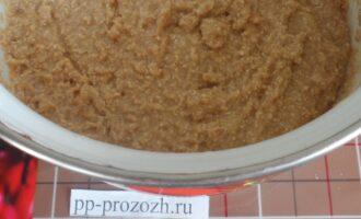 Шаг 4: Добавьте овсяную муку, льняное масло, разрыхлитель и соль. Замесите тесто для торта.