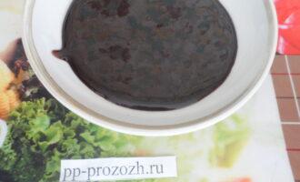 Шаг 5: Для приготовления глазури смешайте какао с фруктозой, влейте воду и растительное масло. Перелейте полученную жидкость в кастрюлю, поставьте на медленный огонь, варите 5-7 минут до загустения, постоянно помешивая.