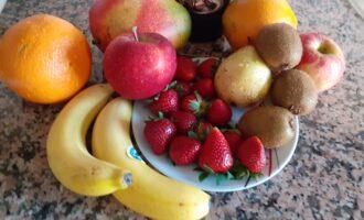 Шаг 1: Подберите фрукты и ягоды для данного рецепта. Ингредиенты могут меняться согласно вашему вкусу и сезону.