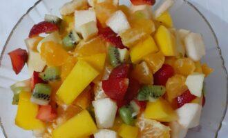 Шаг 7: В большой салатнице смешайте все фрукты, залейте соком. По желанию можете добавьте сироп по вашему вкусу. Поставьте салат в холодильник минимум на пол часа.