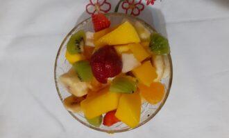 Шаг 8: Но долго салат в холодильнике не держите, чтобы фрукты не потеряли свой вкус и аромат. Сервируйте фруктовый салат в стеклянные розетки по 200 мл и подавайте своим дорогим людям. Приятного аппетита.
