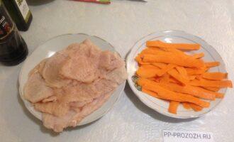 Шаг 3: Филе нарежьте на пластины, отбейте слегка. Морковь нарежьте тонкими полосками с помощью ножа для чистки овощей.