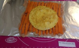 Шаг 5: На мясо выложите полоски моркови и яичный блин.