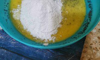 Шаг 4: Растопите кокосовое масло. Соедините желтки с маком, мукой, подсластителем, разрыхлителем и яйцами. Тщательно перемешайте.