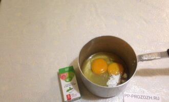 Шаг 6: Приготовьте крем: смешайте миксером сок лимона, два яйца, кукурузный крахмал и стевию.