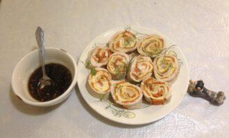 Шаг 9: Готовое блюдо нарежьте на кусочки, полейте соусом и подавайте к столу.
