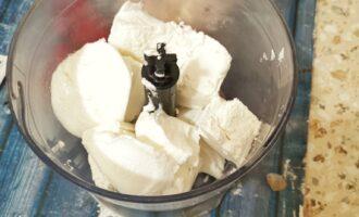 Шаг 2: Соедините в миксере творог с йогуртом.