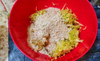 Шаг 5: Добавьте к кабачкам, тщательно замешайте тесто.