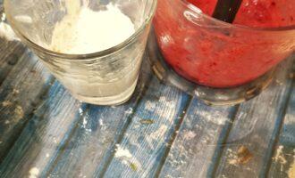 Шаг 5: Выложите творожную массу в миску, часть добавьте в стакан. В миксер положите ягоды и взбейте.