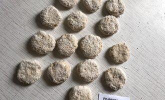 Шаг 5: Сформируйте из теста печенье, обваляйте его в кокосовой стружке и выпекайте в духовке около получаса при температуре 180 градусов.
