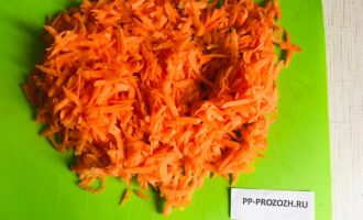 Шаг 2: Натрите морковь на крупной терке.