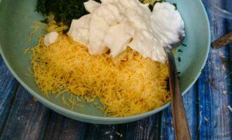 Шаг 6: Добавьте мелко нарезанную зелень, натертый на мелкой терке чеснок и натуральный йогурт. Тщательно перемешайте.