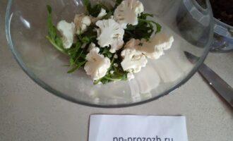 Шаг 3: Цветную капусту в сыром виде вымойте и разберите по соцветиям, если крупная, то разрежьте.