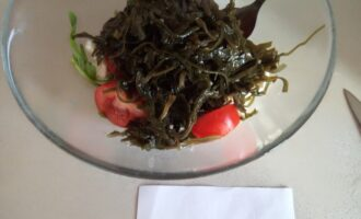 Шаг 4: Далее добавьте помидоры, нарезанные дольками и морскую капусту.