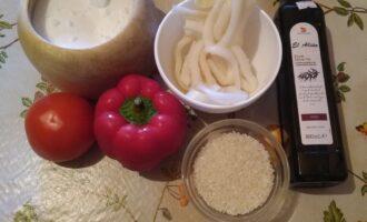 Шаг 1: Возьмите кальмары, перец болгарский, помидор, рис, соль и оливковое масло.
