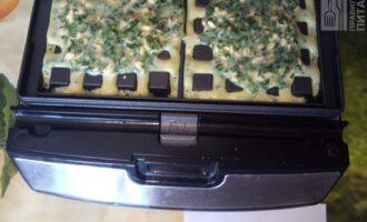 Шаг 6: На разогретую вафельницу налейте смесь. Готовьте 3-4 минуты.
