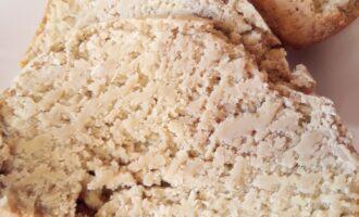 Шаг 5: Готовый хлеб сразу вынимайте, после того, как таймер дал сигнал, иначе он станет очень влажным и будет крошиться сильно.