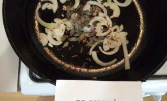 Шаг 3: Далее кладите семечки тыквы, льна и тимьян. Готовьте 1 минуту.