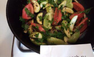 Шаг 6: В завершение, помидор дольками и стебли и листья сельдерея. Прогрейте пару минут.