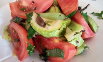 Шаг 7: Готовый салат кладите в тарелку перед самой подачей.