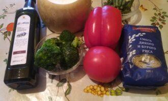 Шаг 1: Подготовьте брокколи, смесь риса бурого и дикого, перец болгарский, помидор, стручковую фасоль, соль и оливковое масло.