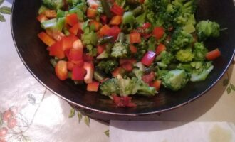 Шаг 7: Положите овощи на сковородку и обжарьте с 1 ст.л. оливкового масла.