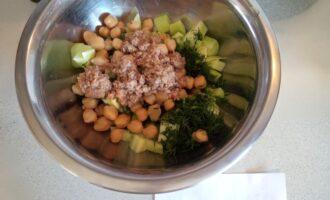 Шаг 6: Теперь очередь тунца - добавьте его, полейте оливковым маслом и все перемешайте.