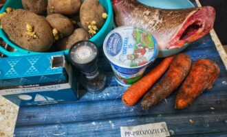 Шаг 1: Подготовьте все необходимые продукты. Рыбу заранее распотрошите и очистите.