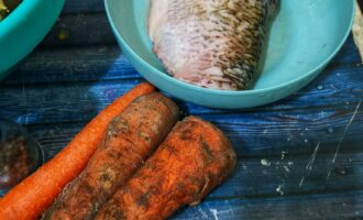 Шаг 2: Хорошенько посолите и поперчите рыбу и оставьте на 30 минут.