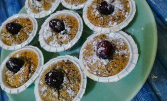 Шаг 9: Украсьте сахарной пудрой и черешней. Ваши кексы готовы.