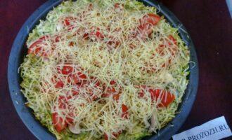Шаг 9: И сверху насыпьте натертый на мелкой терке сыр. Отправьте вновь в духовку на 10 минут.