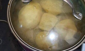Шаг 3: Очистите картофель и отварите до готовности.